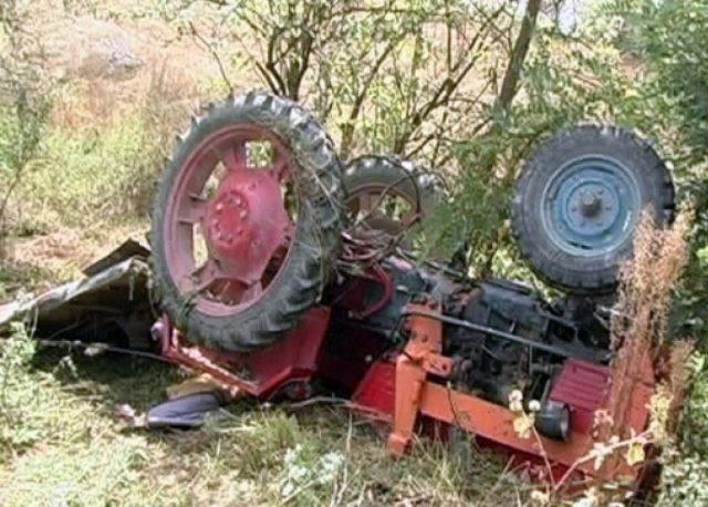 s-a răsturnat cu tractorul