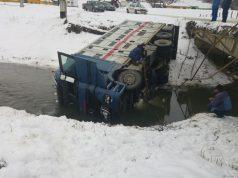Camion rasturnat la Altana