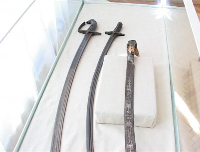 Săbii foarte valoroase în colecţia Muzeului Mediaş
