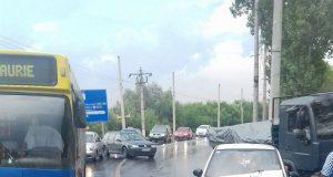 Un conducător auto aflat la volanul unui Matiz a intrat într-un autobuz Tursib.