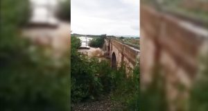 Un pod de cale ferată s-a prăbușit în râul Tărlung, aflat sub cod roșu de inundații.