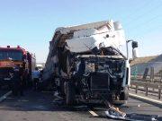 Coliziune între 2 camioane