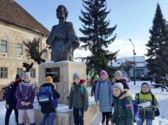 Flori la statuia lui Mihai Eminescu