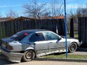 cu mașina în gardul unui imobil