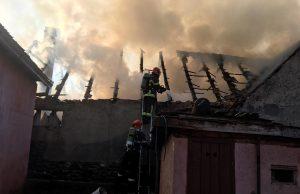 Locuință distrusă de flăcări