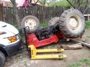 S-a răsturnat tractorul peste el