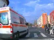 O ambulanţă, aproape să spulbere 6 pietoni